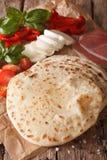 Ιταλικό piadina flatbread, ζαμπόν, τυρί και κινηματογράφηση σε πρώτο πλάνο λαχανικών Στοκ φωτογραφία με δικαίωμα ελεύθερης χρήσης