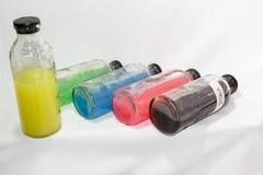 Ιός, χρωματισμένο μπουκάλι γυαλιού χημικών ουσιών, άσπρο υπόβαθρο Στοκ Φωτογραφίες