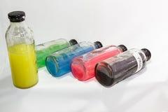 Ιός, χρωματισμένο μπουκάλι γυαλιού χημικών ουσιών, άσπρο υπόβαθρο Στοκ εικόνα με δικαίωμα ελεύθερης χρήσης