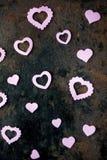 Ιώδεις καρδιές στο μαύρο υπόβαθρο μετάλλων στοκ φωτογραφίες
