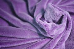 Ιώδες γούνινο κάλυμμα υφάσματος δεράτων με πολλή ανακούφιση πτυχών στοκ εικόνες με δικαίωμα ελεύθερης χρήσης