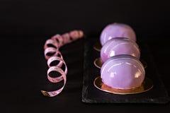 Ιώδες κέικ μαύρη σταφίδα κέικ Στρογγυλό κέικ σε ένα λούστρο καθρεφτών Στοκ φωτογραφίες με δικαίωμα ελεύθερης χρήσης