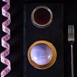 Ιώδες κέικ μαύρη σταφίδα κέικ Στρογγυλό κέικ σε ένα λούστρο καθρεφτών Στοκ Φωτογραφία
