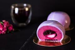 Ιώδες κέικ μαύρη σταφίδα κέικ Στρογγυλό κέικ σε ένα λούστρο καθρεφτών Στοκ Εικόνα