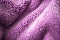 Ιώδες λεπτό μαλακό υπόβαθρο του ομαλού υφάσματος βελούδου γουνών Σύσταση του πορφυρού μαλακού μαλλιαρού γενικού κλωστοϋφαντουργικ στοκ φωτογραφία με δικαίωμα ελεύθερης χρήσης