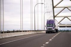 Ιώδες σύγχρονο μεγάλο ημι φορτηγό εγκαταστάσεων γεώτρησης με τις κινήσεις ρυμουλκών κατά μήκος του τόξου Στοκ φωτογραφία με δικαίωμα ελεύθερης χρήσης