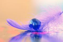 Ιώδης μαρμάρινη σφαίρα σε ένα φτερό Στοκ φωτογραφία με δικαίωμα ελεύθερης χρήσης