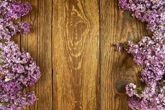 Ιώδη λουλούδια σε ένα ξύλινο υπόβαθρο, πλαίσιο Στοκ φωτογραφία με δικαίωμα ελεύθερης χρήσης