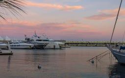 Ιώδες ηλιοβασίλεμα στο λιμάνι του Μονακό Στοκ Εικόνες