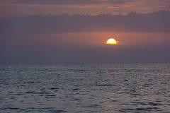 Ιώδες, ρόδινο ηλιοβασίλεμα πέρα από τη θάλασσα Στοκ φωτογραφία με δικαίωμα ελεύθερης χρήσης