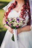 Ιώδης γαμήλια ανθοδέσμη εκμετάλλευσης νυφών Στοκ φωτογραφίες με δικαίωμα ελεύθερης χρήσης