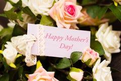 Ιώδης κάρτα ημέρας μητέρων με τα αγροτικά τριαντάφυλλα Στοκ φωτογραφία με δικαίωμα ελεύθερης χρήσης