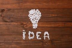 Ιδέα Κομμάτια χαρτί στον πίνακα με μορφή του λαμπτήρα Στοκ Φωτογραφία