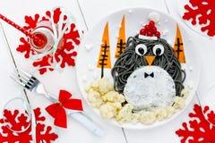 Ιδέα τέχνης τροφίμων διασκέδασης για τα παιδιά - penguin μαύρο spagehetti με τηγανισμένος Στοκ εικόνα με δικαίωμα ελεύθερης χρήσης
