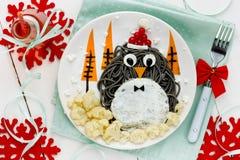 Ιδέα τέχνης τροφίμων διασκέδασης για τα παιδιά - penguin μαύρο spagehetti με τηγανισμένος Στοκ φωτογραφία με δικαίωμα ελεύθερης χρήσης