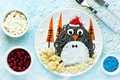 Ιδέα τέχνης τροφίμων διασκέδασης για τα παιδιά - penguin μαύρο spagehetti με τηγανισμένος Στοκ Εικόνες
