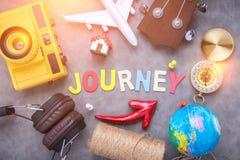 Ιδέες ταξιδιών σχετικά με το γκρίζο υπόβαθρο έννοια ταξιδιών με το ξύλινο Al Στοκ Εικόνες