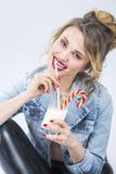 Ιδέες τροφίμων και ποτών Πορτρέτο κινηματογραφήσεων σε πρώτο πλάνο του καυκάσιου ξανθού κοριτσιού Στοκ φωτογραφία με δικαίωμα ελεύθερης χρήσης