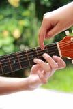 διδασκαλία κιθάρων Στοκ Εικόνες