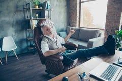 Ι αστέρας της ροκ ` μ! Ο εύθυμος δροσερός συγκινημένος ξένοιαστος παλαιός επιχειρηματίας είναι Στοκ Φωτογραφία