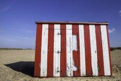 Ιδιοκτησία διακοπών προϋπολογισμών Ριγωτή καλύβα παραλιών Στοκ Φωτογραφίες