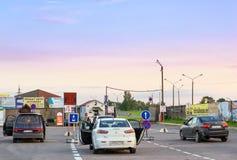 Ιδιωτικά επιβατικά αυτοκίνητα που σταθμεύουν στην περιμένοντας περιοχή στα εσθονικός-ρωσικά κρατικά σύνορα Στοκ Εικόνες