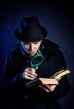 Ιδιωτικός αστυνομικός με το πιό magnifier γυαλί και το βιβλίο Στοκ Φωτογραφία