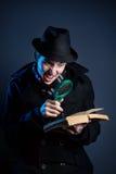 Ιδιωτικός αστυνομικός με το πιό magnifier γυαλί και το βιβλίο Στοκ Εικόνες