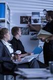 Ιδιωτικός αστυνομικός που ψάχνει τα αρχεία Στοκ Φωτογραφία