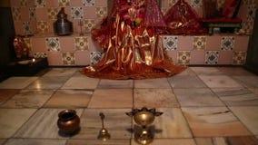 Ιδιωτικός ινδός βωμός με τις παραδοσιακές προϋποθέσεις στο πάτωμα απόθεμα βίντεο