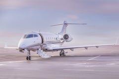 Ιδιωτικός χώρος στάθμευσης αεροπλάνων αεριωθούμενων αεροπλάνων στον αερολιμένα Ιδιωτικό αεροπλάνο στο ηλιοβασίλεμα, Στοκ εικόνες με δικαίωμα ελεύθερης χρήσης