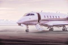 Ιδιωτικός χώρος στάθμευσης αεροπλάνων αεριωθούμενων αεροπλάνων στον αερολιμένα Ιδιωτικό αεροπλάνο στο ηλιοβασίλεμα, Στοκ φωτογραφίες με δικαίωμα ελεύθερης χρήσης