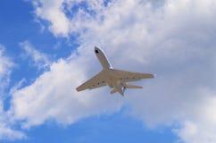 Ιδιωτικό αεριωθούμενο αεροπλάνο στο δρόμο του Στοκ φωτογραφία με δικαίωμα ελεύθερης χρήσης