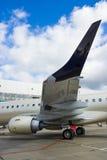 Ιδιωτικό αεριωθούμενο αεροπλάνο στο υπόστεγο Στοκ φωτογραφία με δικαίωμα ελεύθερης χρήσης