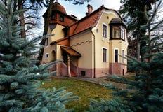 Ιδιωτικό καινούργιο σπίτι με δύο πατώματα Το έδαφος έχει την πράσινα χλόη και τα δέντρα Στοκ Φωτογραφία