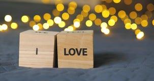 Ι λέξεις LoveYou που γράφονται από τους ξύλινους διακοσμητικούς κύβους φιλμ μικρού μήκους