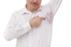 Ιδρωμένο σημείο στο πουκάμισο λόγω της θερμότητας, των ανησυχιών και της έλλειψης αυτοπεποίθησης στοκ εικόνες