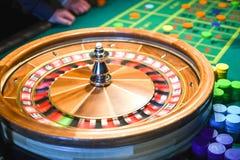 ιδρύματα χαρτοπαικτικών λεσχών που παίζουν τη ρουλέτα κινήσεων παιχνιδιών Πράσινος πίνακας με τα χρωματισμένα τσιπ έτοιμα να παίξ στοκ φωτογραφία