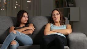 Ι φίλοι που αγνοούν ο ένας τον άλλον μετά από το επιχείρημα απόθεμα βίντεο