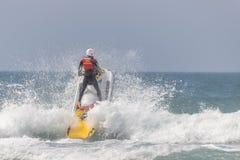 ? ? ? Ι lifeguard στο jetski που πηγαίνει πέρα από ένα κύμα στοκ φωτογραφίες με δικαίωμα ελεύθερης χρήσης