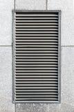 Κάγκελα εξαερισμού μετάλλων στον γκρίζο βιομηχανικό τοίχο Στοκ φωτογραφία με δικαίωμα ελεύθερης χρήσης