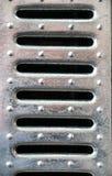 Κάγκελα μετάλλων με τις ωοειδή τρύπες και τα καρφιά Στοκ φωτογραφία με δικαίωμα ελεύθερης χρήσης