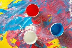 Κάδοι του φωτεινού χρώματος στη βρώμικη επιφάνεια στοκ εικόνα με δικαίωμα ελεύθερης χρήσης