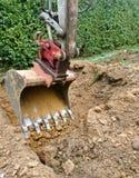 Κάδος εκσκαφέων κατά τη διάρκεια του σκάβοντας χώματος στοκ εικόνες με δικαίωμα ελεύθερης χρήσης