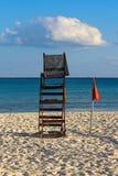 Κάθετα εκτεθειμένη κινηματογράφηση σε πρώτο πλάνο της εγκαταλειμμένης lifeguard θέσης στο λευκό στοκ φωτογραφίες με δικαίωμα ελεύθερης χρήσης