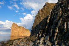 Κάθετα κρεβάτια σε Perce, ο βράχος στο υπόβαθρο Στοκ Εικόνες