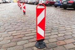 Κάθετα κόκκινα και άσπρα ριγωτά οδικά σημάδια προσοχής Στοκ Εικόνες