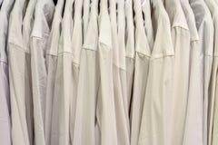 Κάθετες σειρές των πουκάμισων των λευκών Στοκ φωτογραφία με δικαίωμα ελεύθερης χρήσης