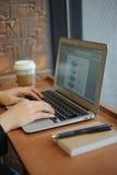 Γράψιμο στην κατακόρυφο σημειωματάριων Στοκ φωτογραφία με δικαίωμα ελεύθερης χρήσης