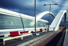 Κάθετη άποψη της τροχιοδρομικής γραμμής που διασχίζει τη γέφυρα Στοκ Φωτογραφία